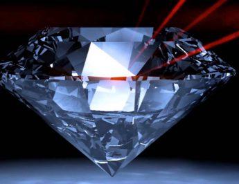 """O raio laser """"limpando"""" diamantes"""