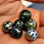 Pérolas entalhadas com núcleos de opalas - Galatea