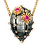 Pingente em Pérola negra irregular entalhada, ouro amarelo e gemas coradas - Galatea